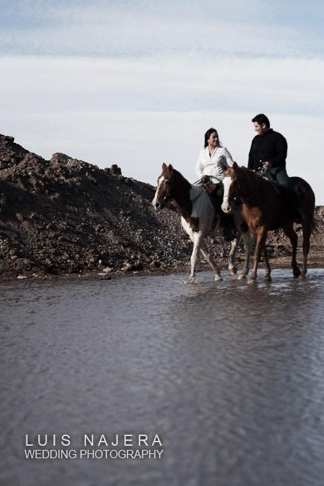 pareja comprometida montando a caballo, fotografía profesional de bodas en chihuahua