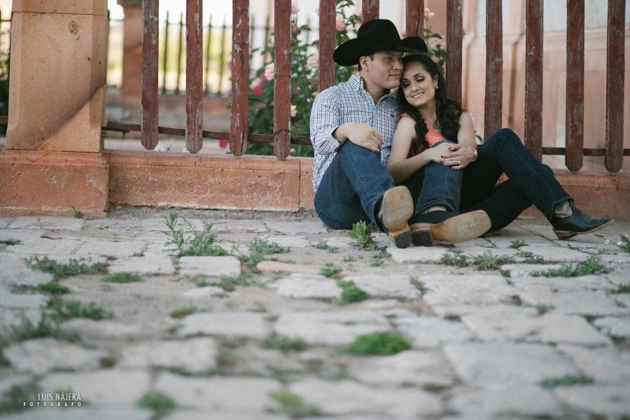 sesión casual, fotografo de bodas chihuahua, novios, compromiso, cowboy, vaqueros, carretera, road, photography