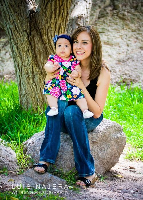 fotógrafo profesional con madre e hija en sesion familiar