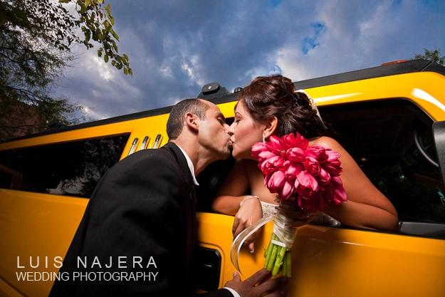 foto de novios en la boda besándose