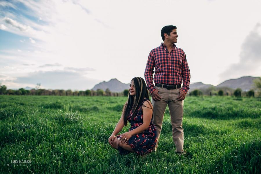 e-session, sesion de fotos de compromiso casuales en chihuahua, fotográfo de chihuahua, de bodas, casuales, profesional, campo, verde, parejas novios, novia, casarse, fotografía, cámara